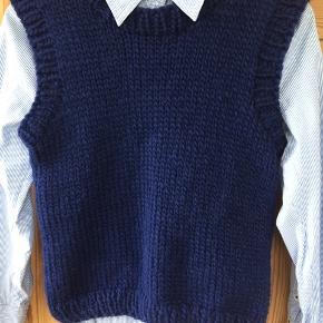 Håndstrikket vest leveres i ønsket farve og størrelse. Nu også i børnestørrelse, så i kan blive ens😉 opskrift kan købes på knitbynees.dk