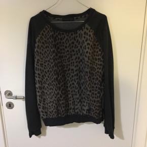 Nypris: 1200 kr. Fed Storm&Marie sweater med leopard print. Flot pasform og virkelig behagelig at have på.