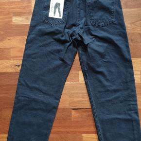 Zara mom jeans, super hi-rise, ankellange. Aldrig brugt, stadig med mærker på.