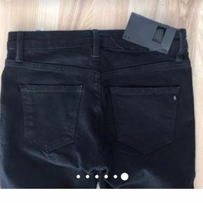 2nd Day 2nd Sally skinny cropped ripped jeans. Aldrig brugt. Sorte. 25.  Jeg har også mange andre jeans fra Day i nogenlunde samme størrelse til salg :)  Se også mine mange andre annoncer med lækre mærkevarer, vintage og andre fine ting til gode priser. Der er ekstra gode priser, hvis du køber flere af mine varer :)  Varen er i Blovstrød på Nordsjælland.