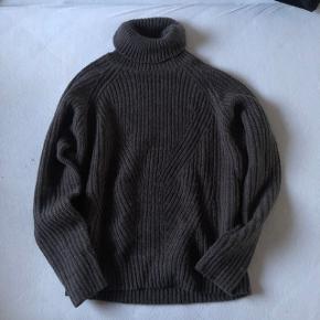 Sælger denne lækre strikket turtleneck fra Jacqueline de Yong. Sendes med DAO på købers regning.  Søgeord: Mads Nørgaard, Calvin Klein, Sweater, striktrøje, rullekrave, Zara