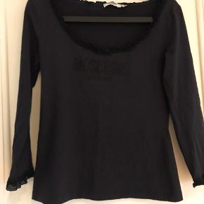 Blå/sort bluse med fine detaljer og sparkling logo. Str. 44, men jeg vil mene, at den passes af en str. M/L. Har brugt den nogle gange, men ingen huller eller lignende. #30dayssellout