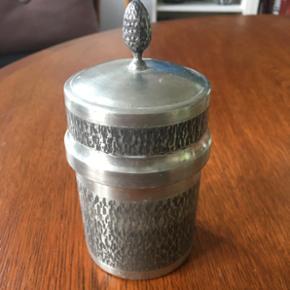 Lille tin dåse, perfekt til badeværelset til fx vatpinde eller hårelastikker. Højde 12 cm