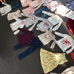 Fint pigetøj, tøjpakke, i god kvalitet. Der er følgende med: 3 stk. par cowboybukser hvoraf de ene er nogle moderne     med seje huller på knæene 5 stk. Kjoler 2. Stk. Nederdele 5 stk. T-shirts 8 stk. Langærmede T-shirts 3 stk. Varme bluser 2 stk. Cardigans 1. Stk skjorte 29 stk tøj i alt.  Bla. Mærker, som Creamie, Rebus, Me Too, HM osv.