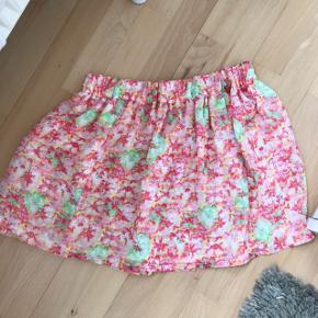 Fineste nederdel 2 lag så den er ikke gennemsigtig  Pris fast inkluderet fragt