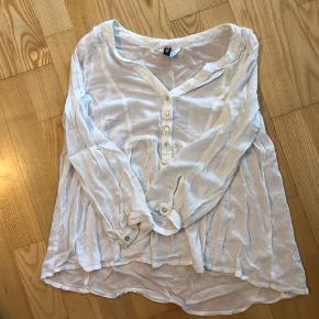 Fineste tynde bluse med knapper  Afhentes 8000 Aarhus C  Eller sendes med Dao for 38kr.
