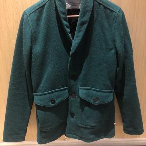 Super lækker jakke/ kort frakke i 80procent uld Farven er mere mørkegrøn end på billedet. Fejler Intet