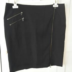 Nederdelen er i en klassisk god kvalitet fra Bjørdi Fanth med for. Livvidde 47x2 længde 54 cm.
