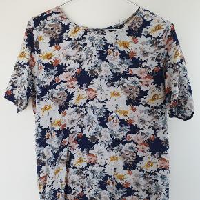 Sød t-shirt bluse med blomster