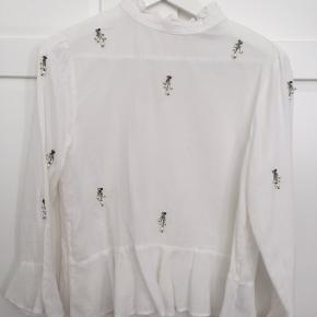 Fin skjorte fra Zara i str. M, men påsyede perledekorationer. 100% bomuld. Aldrig brugt. Kan sende med DAO, køber betaler fragt  Sletter annoncen når varen er solgt