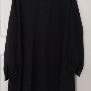 Bytter ikke!! Eksklusiv porto. Smuk løs kjole fra Kokoon str. S. 100% Silke. Længde fra nakken og ned er 99 cm. Omfang rundt for neden 200 cm. Farve: Blå, navy.  Størrelsesguide str. S: Bryst mål 88 cm.  Kjolen er købt privat, men jeg har ikke fået den i brug.  Kjolen kommer fra et ikke ryger hjem. Hænger i dragtpose.