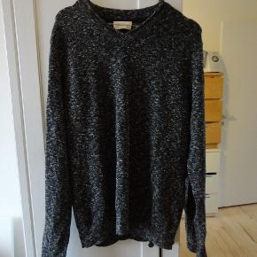 har to stk af disse sweaters i mørkegrå meleret. de er rigtigt til mænd men passer fint en kvinde str medium. nul bytte.