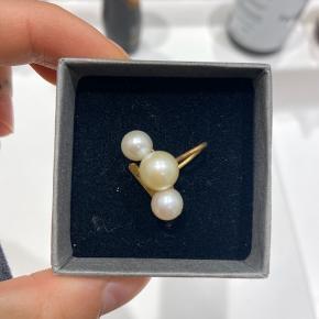 Jane Kønig earcuff, med ferskvandsperler  Billede nr 2 er fra Google og viser samme earcuff, men i sølv