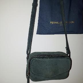 Tasken er som ny, den er brugt 1-2 gange og kostede 700 kr.  Den er købt i Message  Bon og mærke medføre. Model: Katrine Længde: 14,5 cm. Dybde: 4 cm. Læder/kalveskind, ruskind