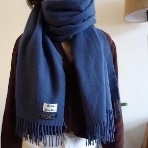 Stor blå Acne studios tørklæde i Virgin wool ⛄️  Alt tøj desinficeres med min professionelle steamer 👌  #trendsalesfund