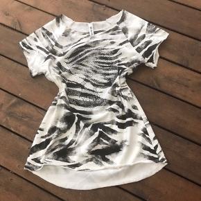 Lækker t-shirt med fede detaljer. Mærket pillet af om den er prøvet, men aldrig brugt.