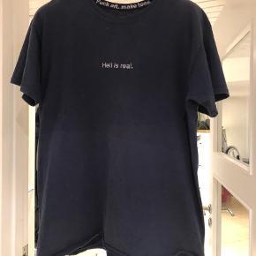 Varetype: T-shirt Farve: Blå  Brugt meget og er blevet slidt / forvasket i farven, men ingen huller eller pleyyekom med bud