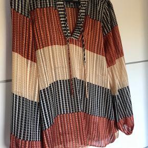 Super sød bluse i de flotteste farver med top under, kun prøvet og ikke brugt, nypris 599 i Magasin