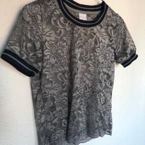 Sender med DAO - Køber betaler fragt Bytter ikke.   Super fin T-shirt i blonde med sporty detaljer. Ingen skader eller fejl.