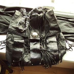 Varetype: skuldertaske rå taske med kæde og frynser læder Størrelse: Large Farve: Sort Oprindelig købspris: 5000 kr.  læder. nul bytte. super lækker.
