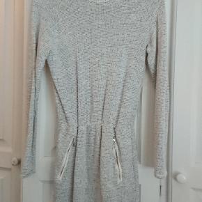 Rigtig flot kjole fra Little Remix med flot talje samt lommer foran