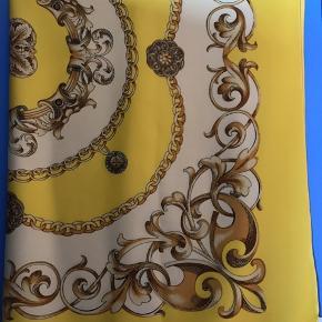Gult (farven er som det billede som er taget tæt på,det helt gule!)tørklæde fra Friis & Company  Længde bredde 90 cm x 90 cm   #30dayssellout