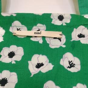 Fint stort net fra Nue . Kun brugt et par gange og overordnet set i god stand uden fnuller, huller, eller lign. Har lidt lysninger hist og pist (se foto) samt en lille skygge/plet (se foto) . Det er ikke noget der er meget synligt, da mønstret dominerer visuelt, men det skal jo nævnes for en god ordens skyld. Mål: 48x50 cm (minus hanke). Søgeord: stofnet tote net pose taske stort stof grøn blomster blomstret print mønster mønstret flower skuldertaske