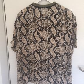 Fin MB bluse i st. 38 Stylenavn: Opheelia (ja det er med 2 e'er) Materialet er: 100% Viscose Bytter ikke. MP 200,00 pp