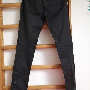 Jeans med behandlet overflade fra italienske Ilaria Nistri. Italiensk størrelse 44.