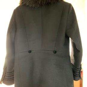 Flot sort jakke med pelskrave fra Zara