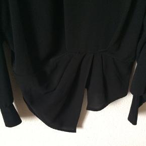 Y.A.S - bluse Str. M Næsten som ny Farve: sort Lavet af: 98% polyester og 2% elasthane Trimming: 74% polyamide, 12% metallic fibers, 11% polyester og 3% elasthane Mål: Brystvidde: 116 cm hele vejen rundt Længde: 62 cm Køber betaler porto!  >ER ÅBEN FOR BUD<  •Se også mine andre annoncer•  BYTTER IKKE!
