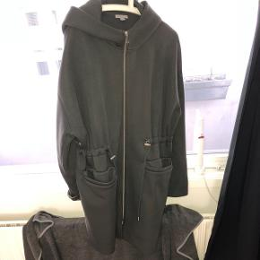 Fed hoodie-jakke med justerbar talje