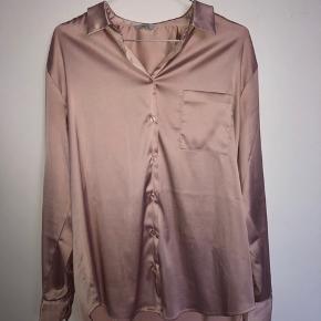 Super fin skjorte, som kun er brugt få gange! Størrelse hedder xs/s men vil sige at den passer alt fra en xs til en L afhængigt af hvordan den skal sidde.