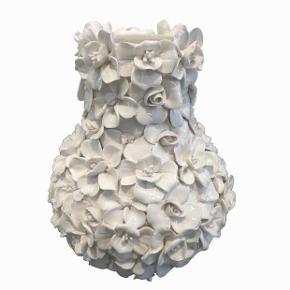 Jeg har mulighed for at købe enkelte eksemplarer af den fine Birch Nielsen vase. To størrelser, 10 eller 17 cm høje. Pris er 475 for den lille og 600 for den store. Forudbetaling og afhentning i København.