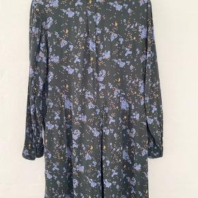 Navy floral shirt dress with long sleeves. Half button front. 100% viscose. Næsten som ny stand. Super fint og perfekt til sommer!!