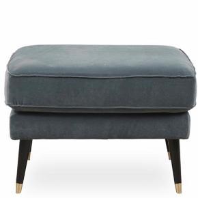 Sofapuf fra Ilva i blågrønt velourstof og sortmalet træben med messing. Den passer til sofaen som jeg også har til salg.  Højde: 45 cm Længde: 67 cm Bredde/dybde: 67 cm Vægt: 10 kg Fyld: koldskum med soft topgranulat og silikonefibre  Puffen findes stadig i butikkerne, og er købt i marts 2019.