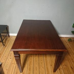Spisebord i massivt træ, Mahogni. Købt i Boutique Van Deurs. Nypris kr 2400,-  Bredde 90cm. Længde 140cm. (dertil 2 tillægsplader af hver 40cm. Mulig længde m begge plader 220cm). Højde 76 cm. Højde under bordet/højde til benplads 64cm.  Bordpladerne har samme finish på bordkanten, som selve bordet, hvorved man sagtens kan anvende pladerne, uden feks at bruge dug.  Bordet har brugsspor, men ingen graverende. Brugsspor kan med lidt snilde fjernes, ligesom bordet er særdeles egnet til at blive malet.  Bordet kan afhentes på Amager. Eller udbringes for købers regning.