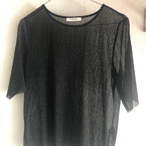 Super fin gennemsigtig T-shirt, med lidt glipper effekt