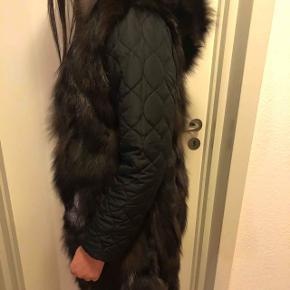 Jakke med pels, ligner man har en pels vest på. Super let og lækker. Ny.