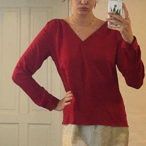 Smuk rød skjortebluse fra Vila God stand, og uden brugstegn  Sidste billede er hvis man binder knude på ryggen✨✨