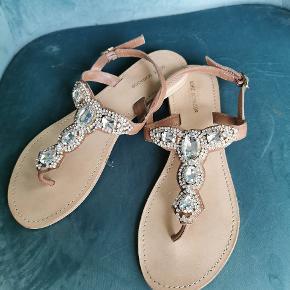 Lækre glitter sandaler fra Sofie schnoor. Brugt en enkelt gang, kan næsten ikke ses.