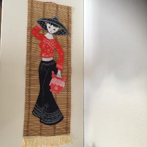 Kvinde i smuk kjole I 3D billede på bambus med ophæng   Yderst fin stand   Ca 70 x40   China art  Kinesisk kunst  Kunstbillede fra Kina   Virkelig kitch og fin  Sender gerne   Se annonce med anden kvinde i samme billede