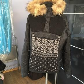 Smuk anorak med ægte pels på hætte og ærmer