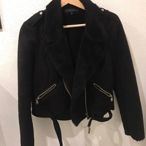 Der er lidt pletter på jakken, ses ikke tydeligt ( se sidste billede) kan nok også godt gå af i vask