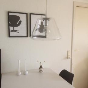 2 stk le-klint glas loftslamper. 38 cm i dia. rigtig pæn stand!  Lamperne er Med Klar ledning. den ene ledning er lidt kortere ( bare til info) har ingen betydning. Lamperne er neutrale passer i et hvert hjem og giver et hyggeligt og godt lys med glødepærer. Sendes IKKE...  ny pris PR. STK 3.900 kr ( 2 stk 7.800) Sælges for kun 2 STK 1.900 kr...(spar 5.900 kr)