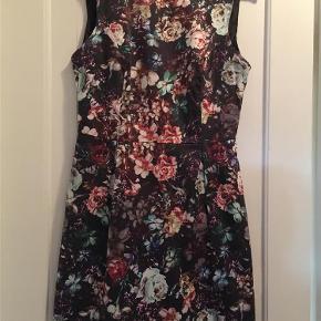 Varetype: kjole Størrelse: 12 ( 40-42 ) Farve: Sort  Sort blomstret kjole, aldrig brugt...