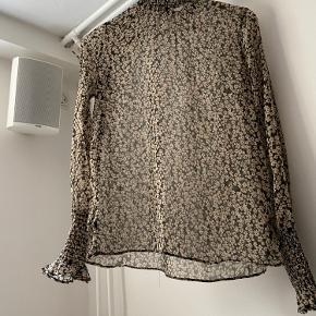 Smuk skjorte bluse, aldrig brugt. Str.34