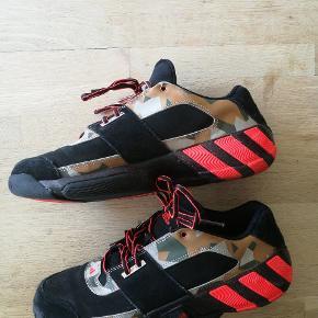 Et par adidas sneakers, kan ikke huske hvad modellen hedder. De er kun blevet brugt en gang, da de blev købt for små.  Der er en lille skramme på den højre sko, skriv for billeder. Ny pris: 850,-