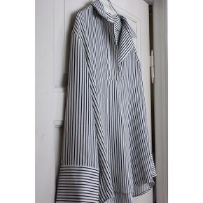 Stribet skjorte  - Godt materiale: det er forholdsvist tykt og falder pænt.  - Skjorten krøller ikke  - V udskæring  - Oversized  - Fra H&M - Vide ærmer   Pasform: - Passer en str. S/M - Det er meningen den skal være oversized