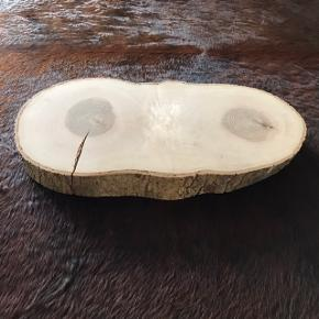 Super flot rustik slebet og pudset træplade i ask. Måler i længden 61 cm og 32 cm i bredden. Højden er 5,5 cm. Mange anvendelses muligheder.